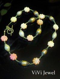 画像1: 【お花畑】淡水パール・ペリドット・ピンクシェル・コンクシェルのネックレス designed by Janlina